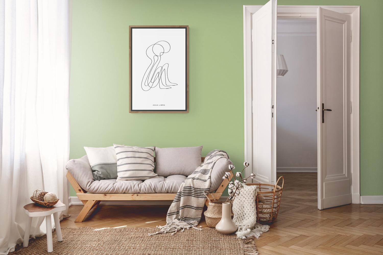 Soulmates hangt in deze Scandinavische voorbeeld kamer aan een kleine lichtgroene muur. Tevens hangt soulmates in een voorbeeld frame van hout.