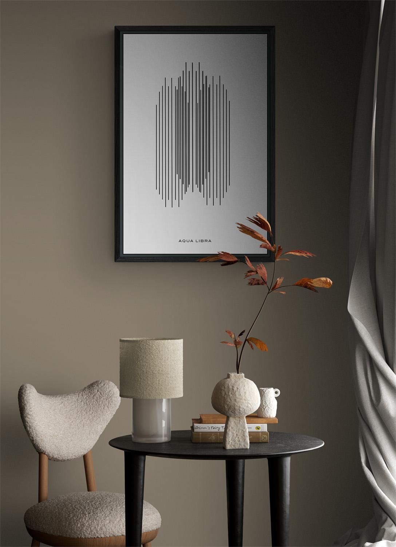 In deze voorbeeld kamer hangt de Orchestra poster in een voorbeeld lijst van donkergrijs hout met nerf. Een klein gezellig hoekje met rechts het licht van een groot raam en lang lichtgrijs linnen gordijn.