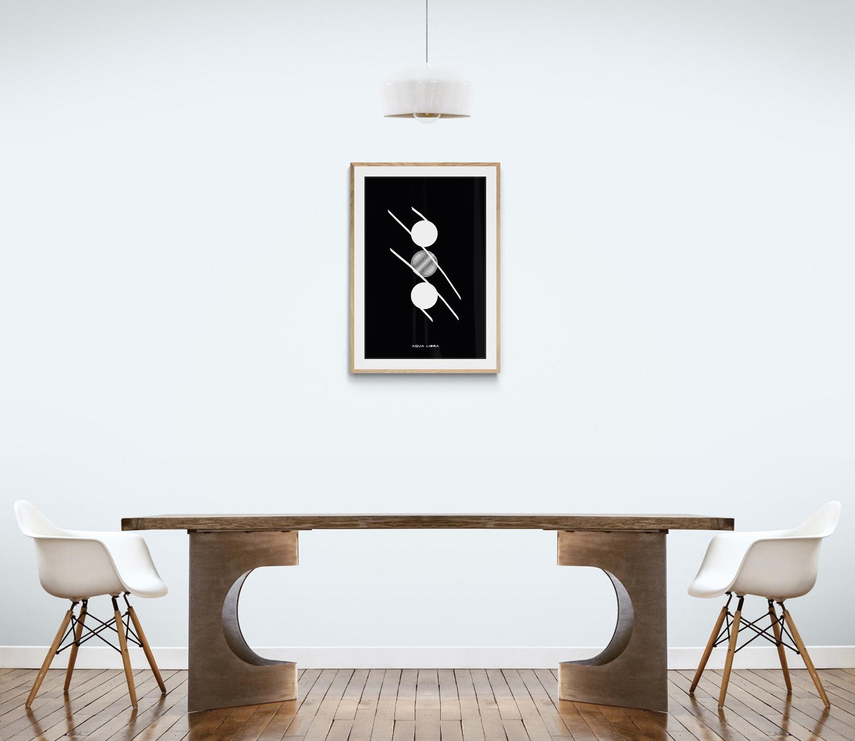 In deze grote abstracte witte voorbeeld kamer hangt 2 Dots 1 error met zwarte achtergrond in een lichthouten voorbeeld lijst.