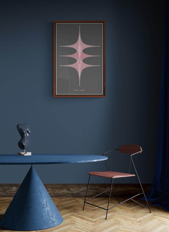 In deze voorbeeld kamer hangt het Bush response kunstwerk aan een grijsblauwe muur. Het kunstwerk hangt in een noten houten voorbeeld lijst. De poster is niet vierkant maar heeft de verhouding van 3:2.