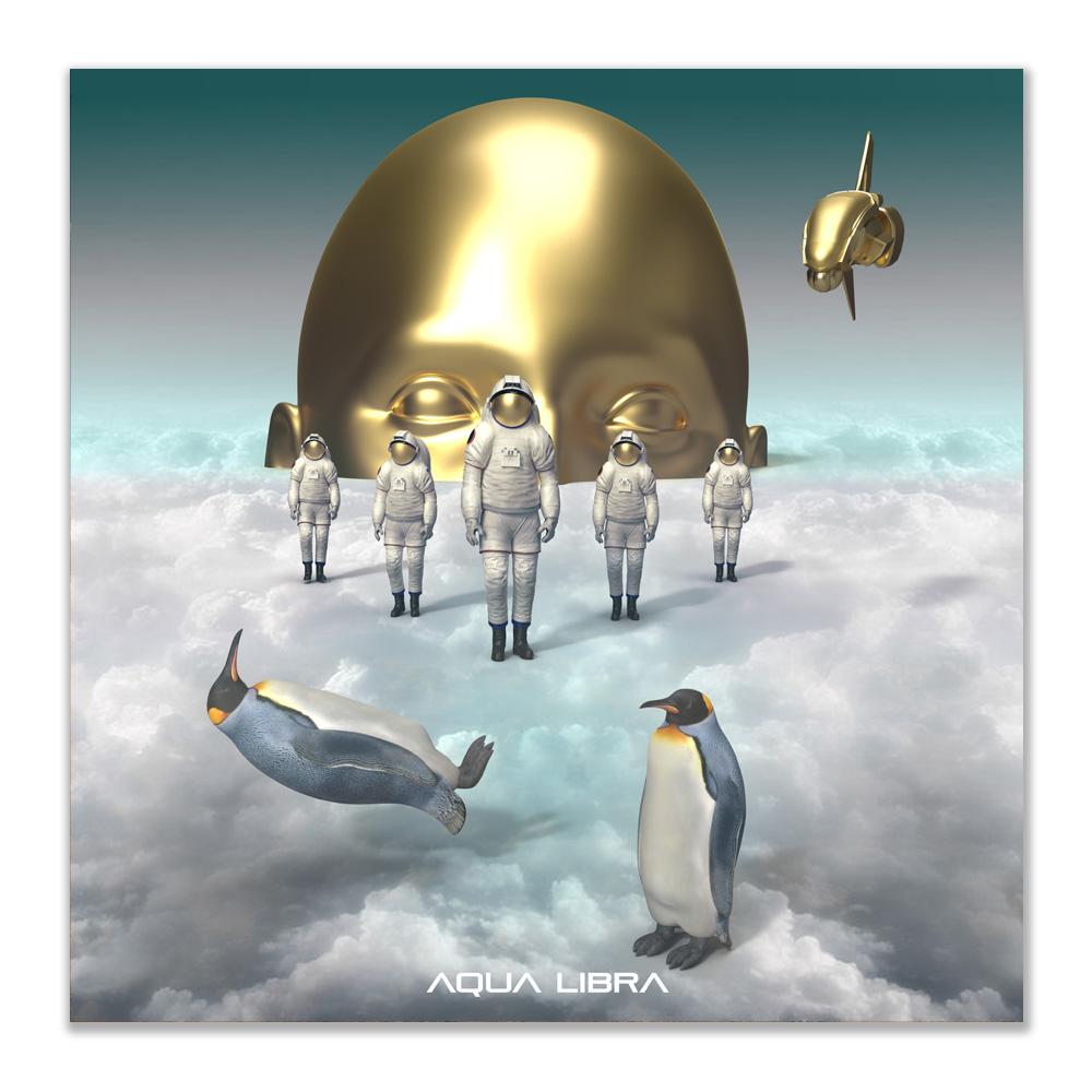 Een gouden hoofd met ogen dicht komt boven de wolken uit. Ervoor staan 5 astronauten in driehoekspunt naar voren op de wolken.